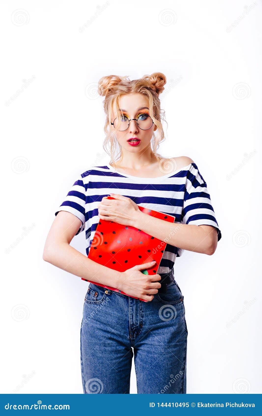 Śmieszny dziewczyna uczeń w pasiastym pulowerze
