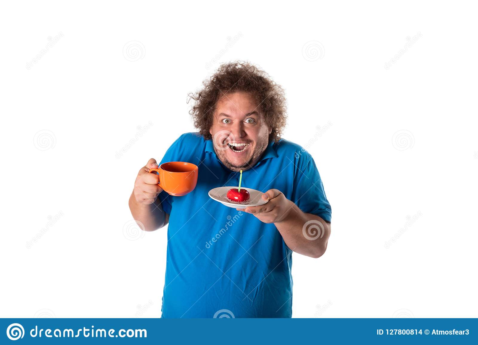 Śmieszny gruby mężczyzna z kubkiem i tortem szczęśliwy urodziny
