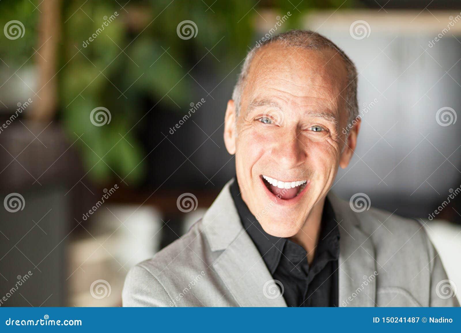 Śmieszny klasyczny dziad Jest starszy szczęśliwi mężczyźni