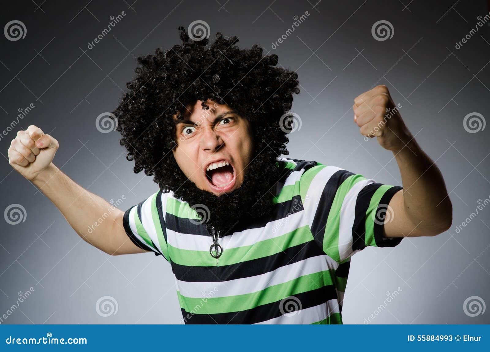 śmieszny Mężczyzna Z Afro Fryzurą Odizolowywającą Na Bielu Obraz