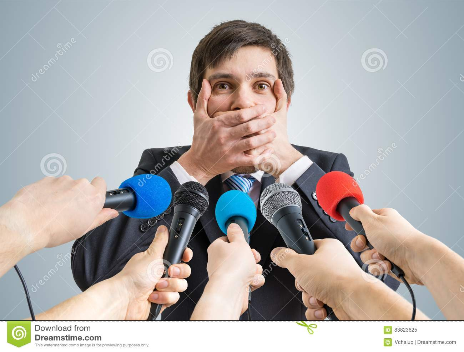 Śmieszny polityk robi żadny komentarza gestowi Wiele mikrofony w przodzie