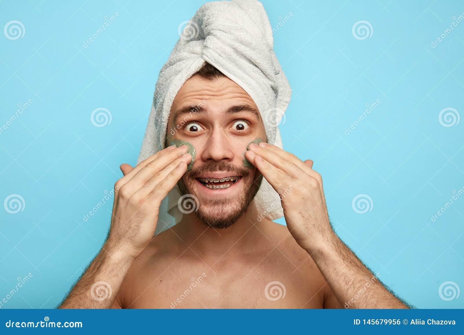 Śmieszny szalony mężczyzna z maską na jego policzku ma zabawę