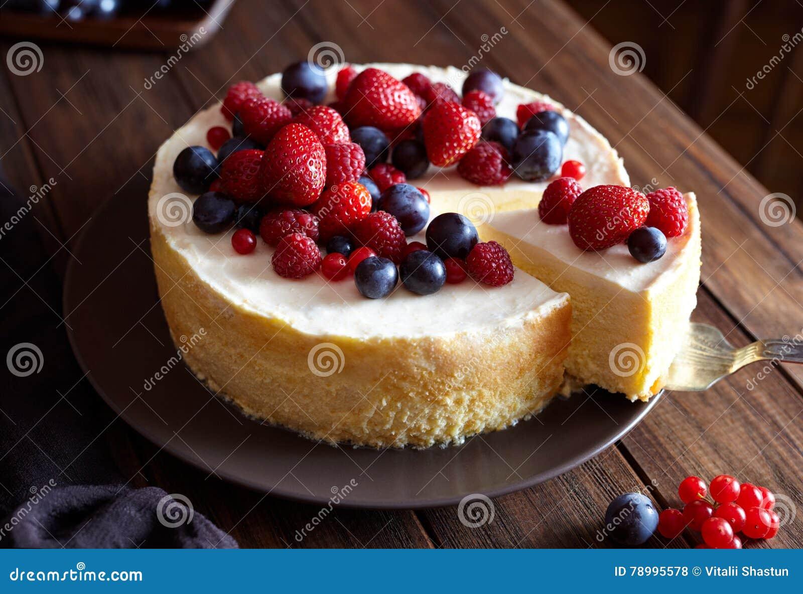 Śmietankowy mascarpone cheesecake z truskawki i zimy jagodami sernik, nowy jork z bliska