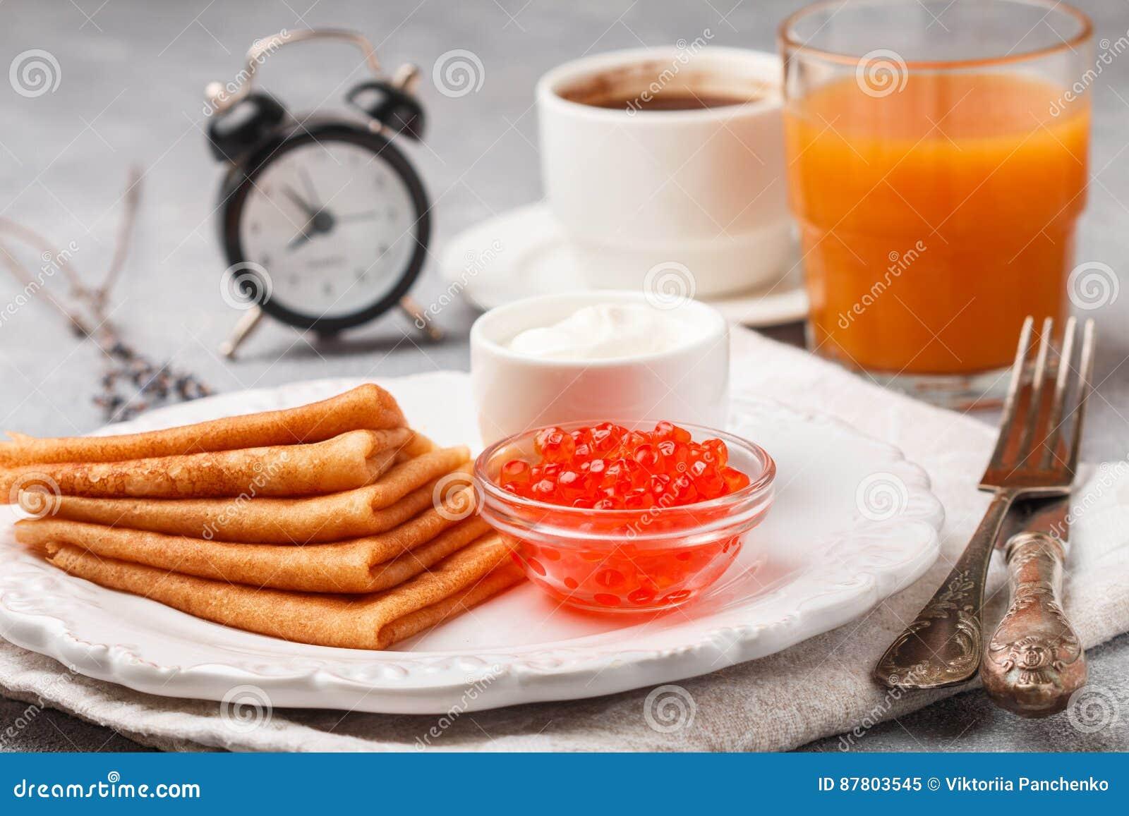 Śniadanie Ciency bliny z czerwonym kawiorem w białym pucharze