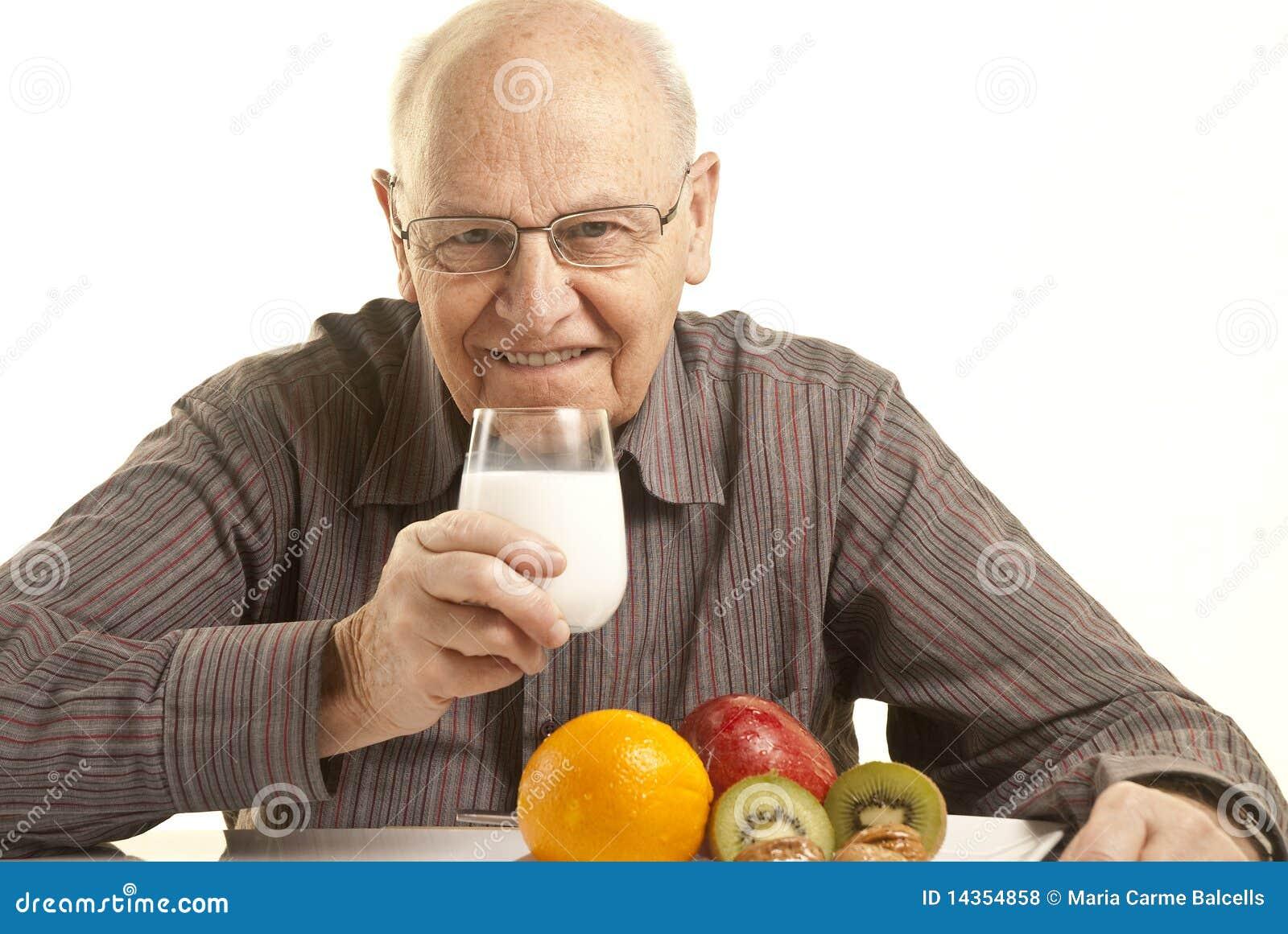 śniadanie ma mężczyzna zdrowego seniora