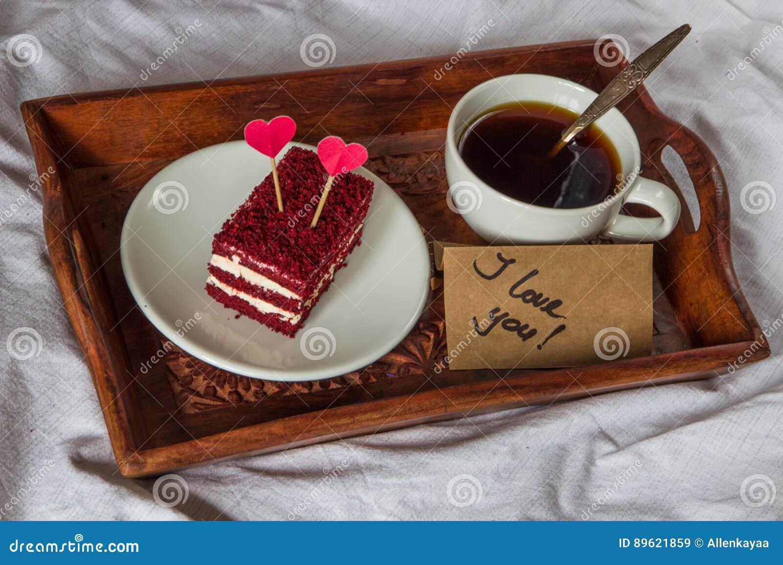 śniadanie W łóżku Filiżanka Kawa Czerwień Aksamit Tort I