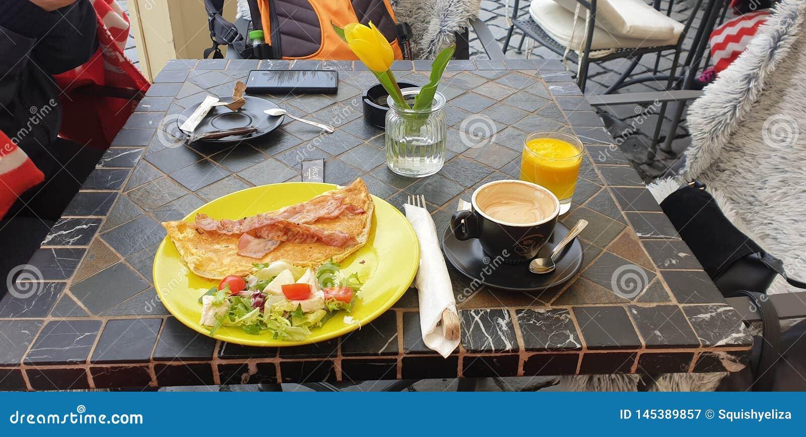 Śniadanie w Timisoara Rumunia zjednoczenia kwadracie z kawą, omellete, sok pomarańczowy i sałatka