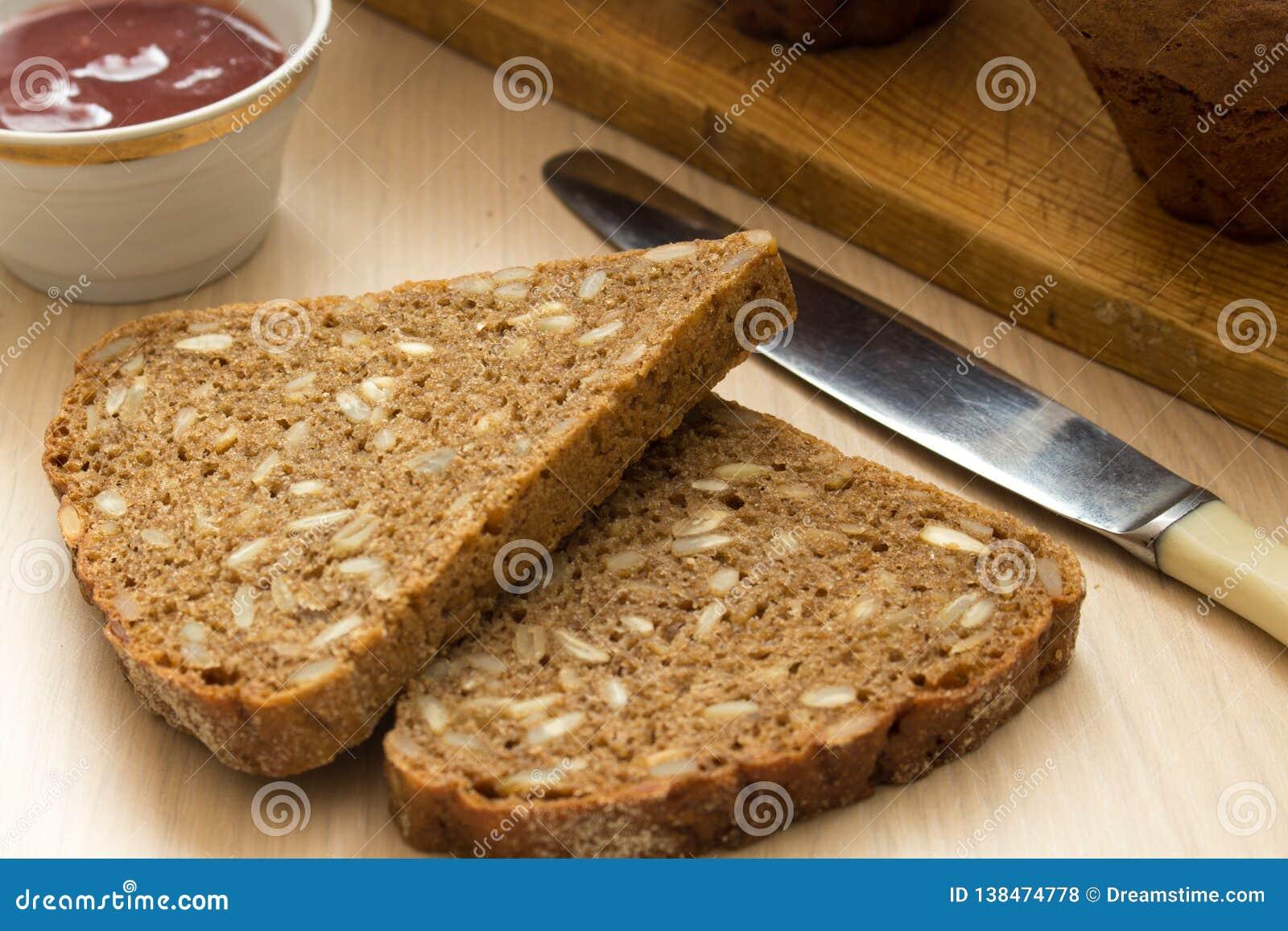 Śniadanie z zdrowym brązu chlebem i konserwującym dżemem