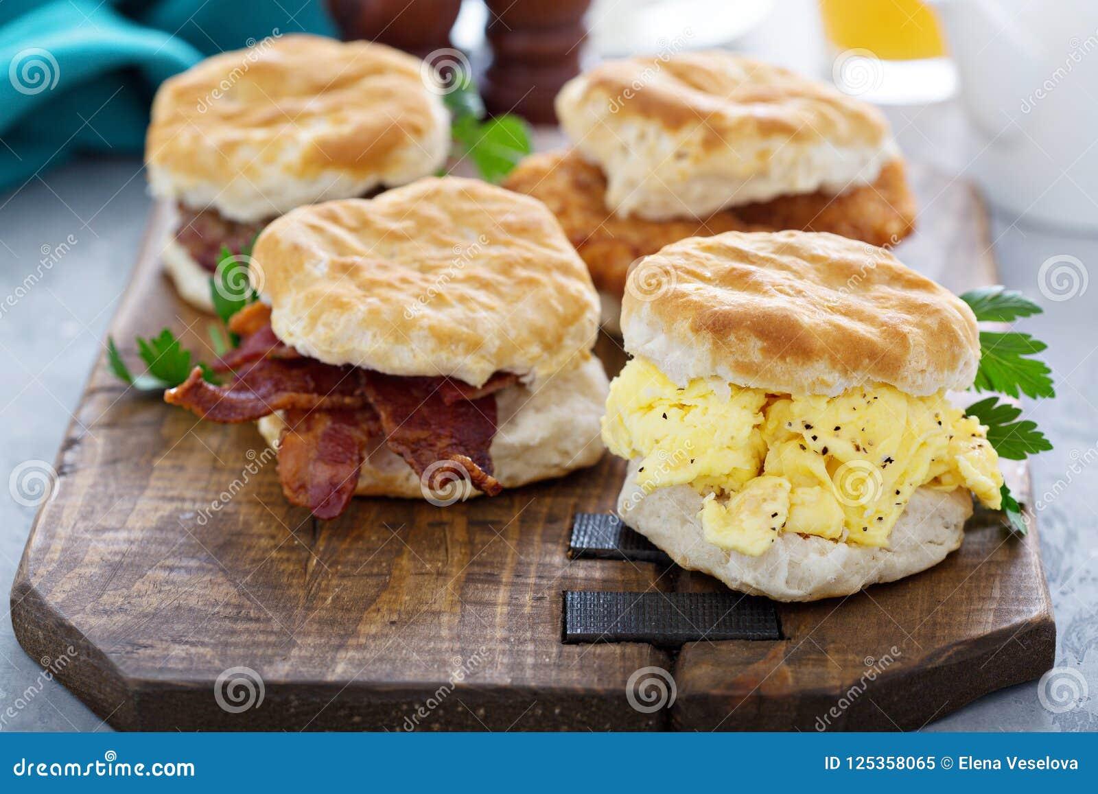 Śniadaniowi ciastka z miękką częścią gramolili się jajka i bekon