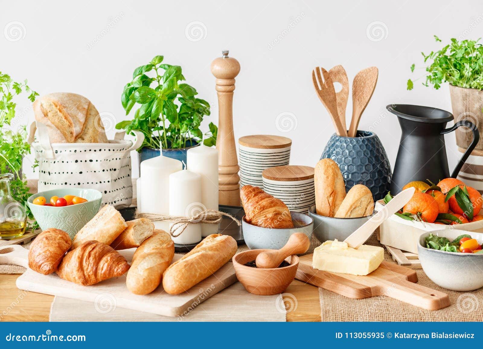 Śniadaniowy bufet z świeżą żywnością