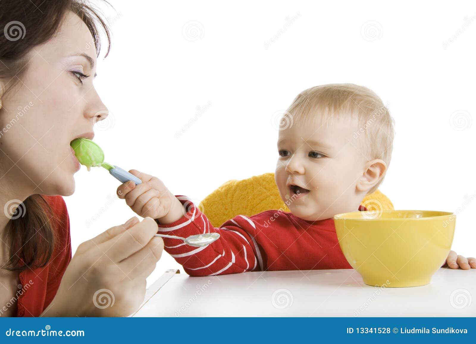 śniadaniowy chłopiec łasowanie