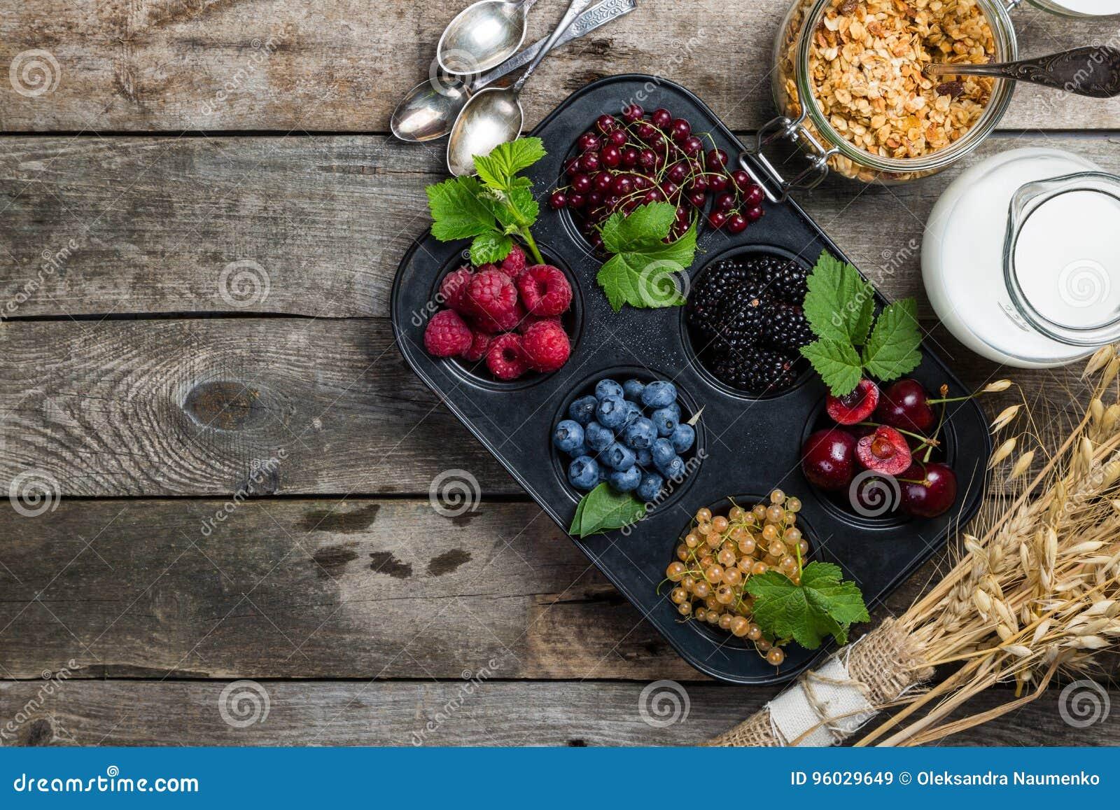Śniadaniowy pojęcie granola, mleko i jagody -,