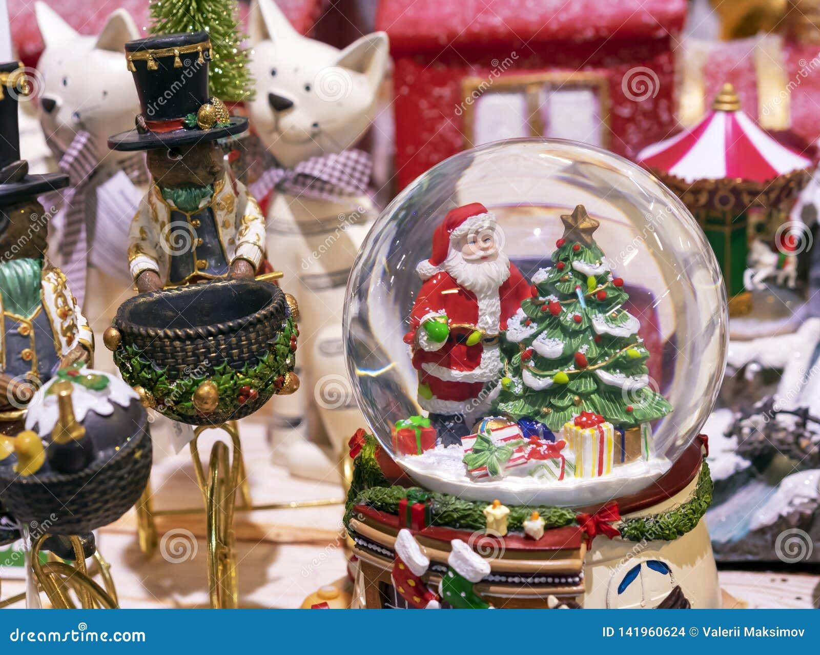 Śnieżna szklana piłka z Święty Mikołaj i choinką wśrodku