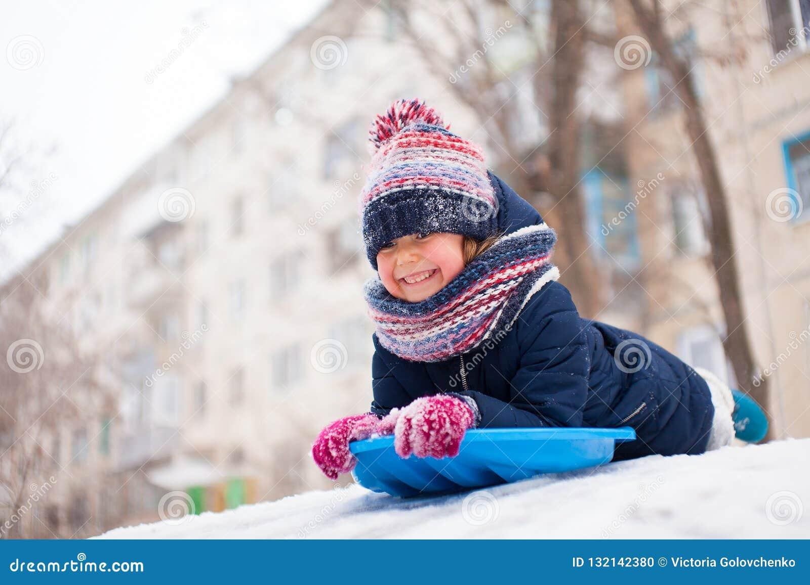 Śnieżna zimy zabawa z dzieciakiem