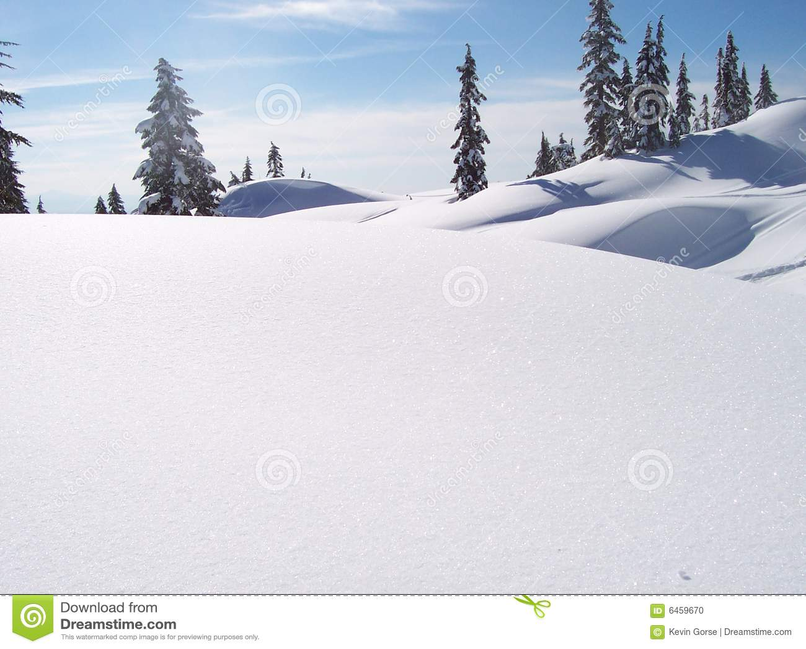 śnieżni objętych wzgórza