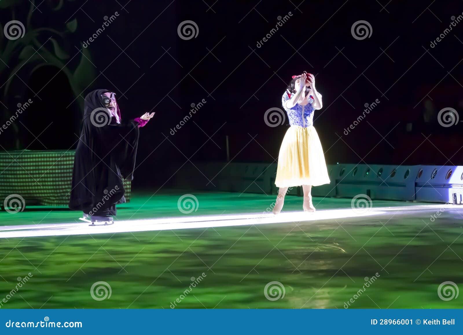 Śnieżny Biały i Nikczemny czarownicy łasowania jabłko