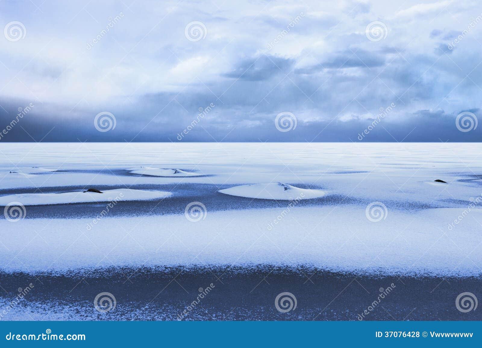 Download Śnieżny Coverd Marznący Morze Zdjęcie Stock - Obraz złożonej z chmury, skały: 37076428