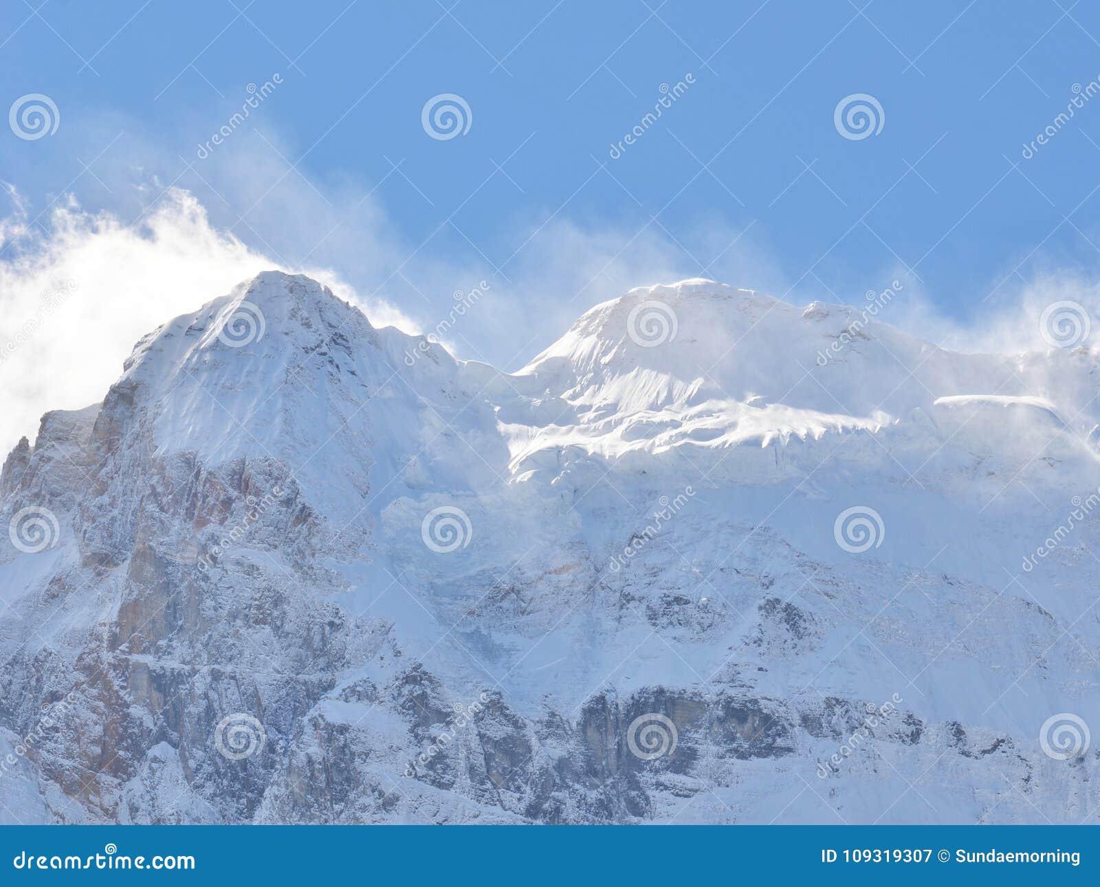 Śnieżny halny szczyt folował z śniegu krajobrazem w jasnym niebieskim niebie