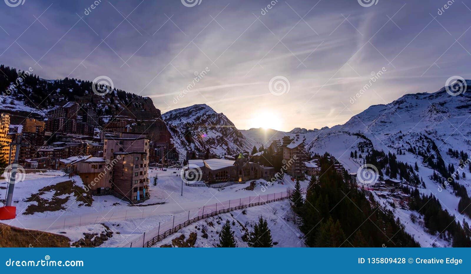 Śnieżny krajobraz Avoriaz ośrodek narciarski w Francja na słonecznym dniu