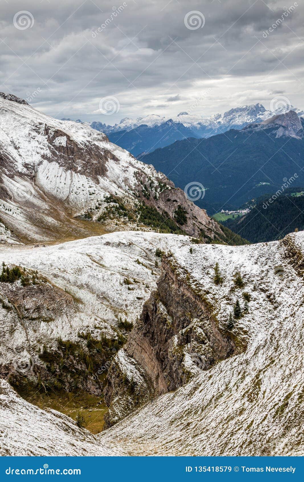 Śnieżny Passo Di Giau w dolomitach Północny Włochy