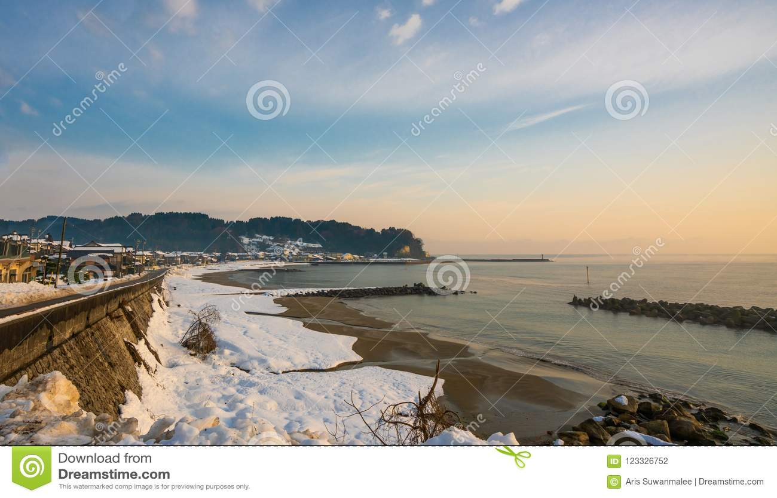 Śnieżny piaska morza plaży widok