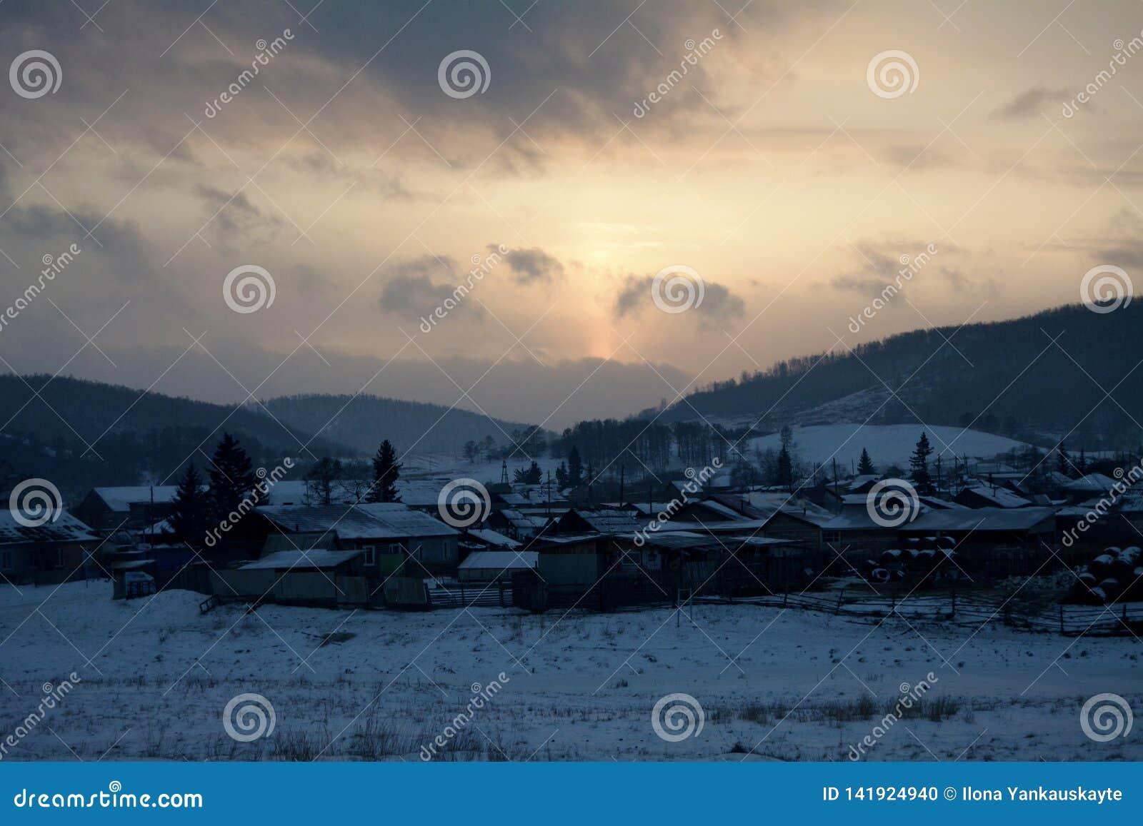 Śnieżny wioski Bolshoe ozero pod zmierzchem