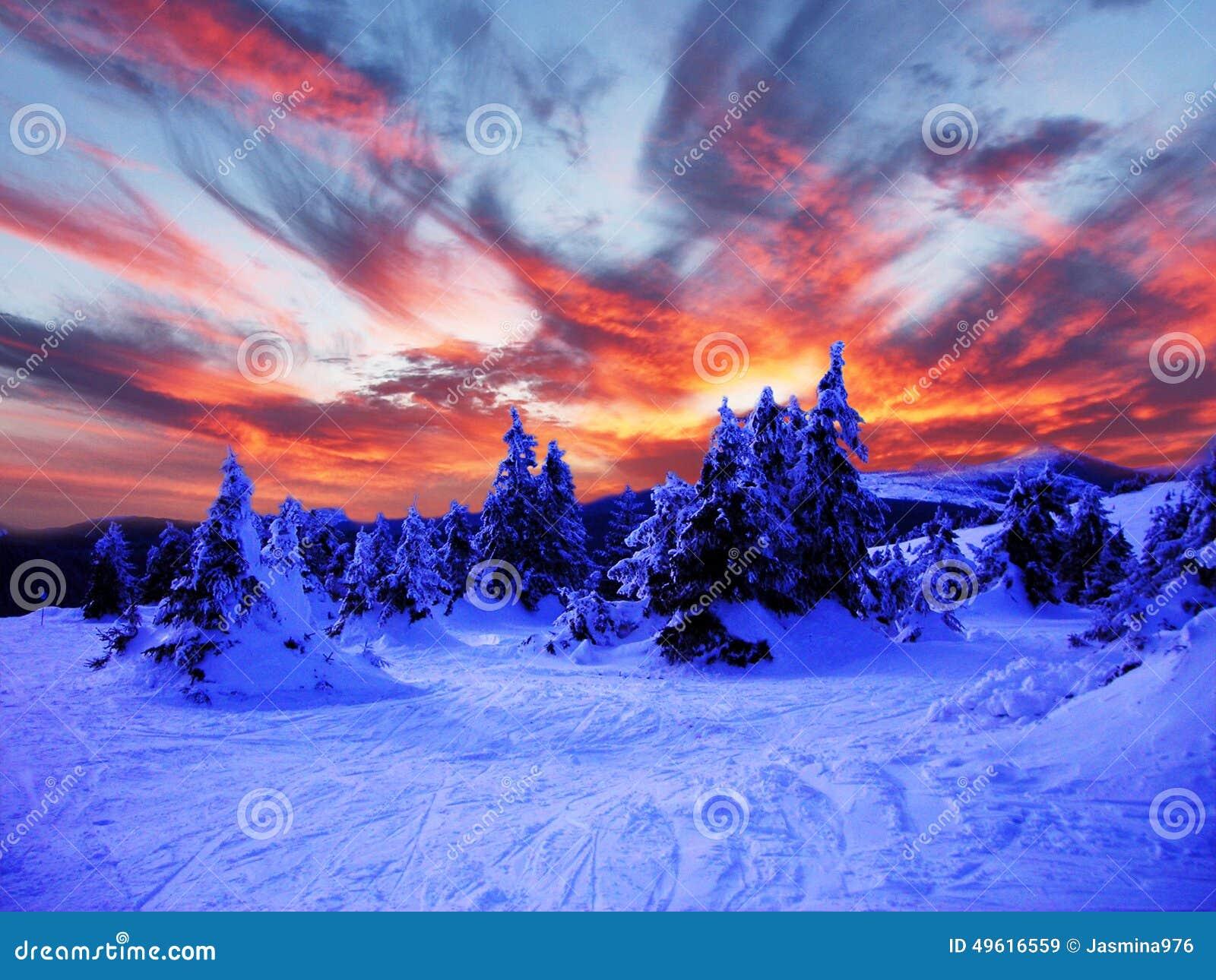 Śnieżny zima krajobraz w górach