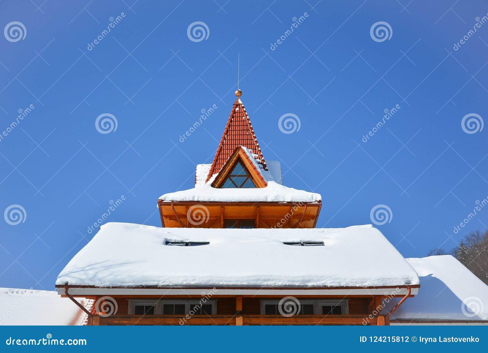 Śnieg na dachu drewniany dom Attycki okno trójgraniasty sha