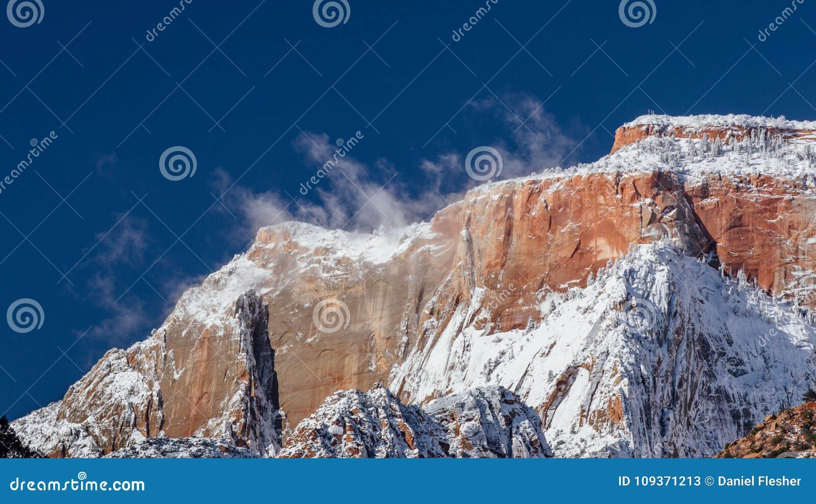 Śnieg Wyparowywa na pasmie górskim w Zion parku narodowym, Utah