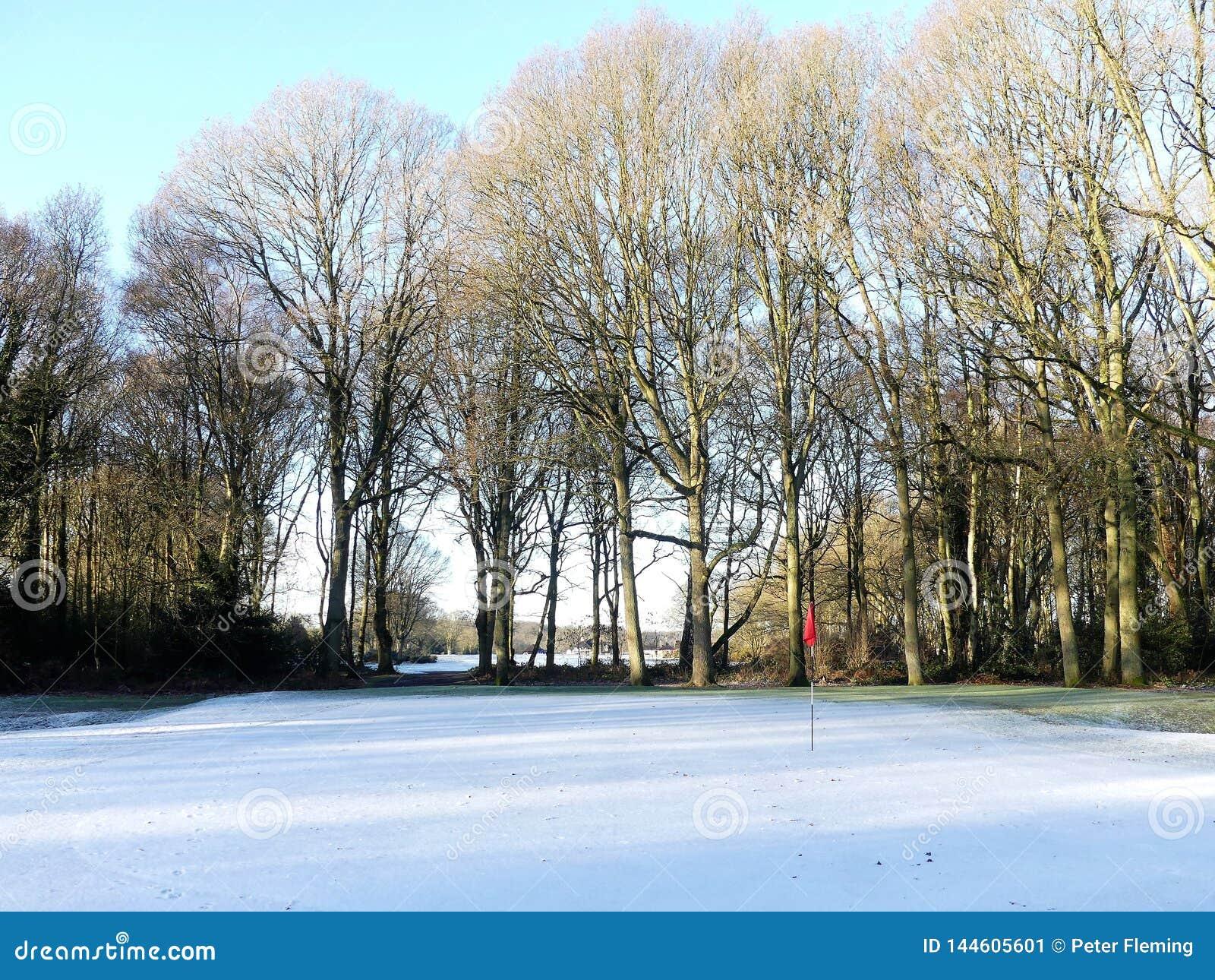 Śnieg zakrywał pole golfowe z czerwoną flagą, Chorleywood błonie