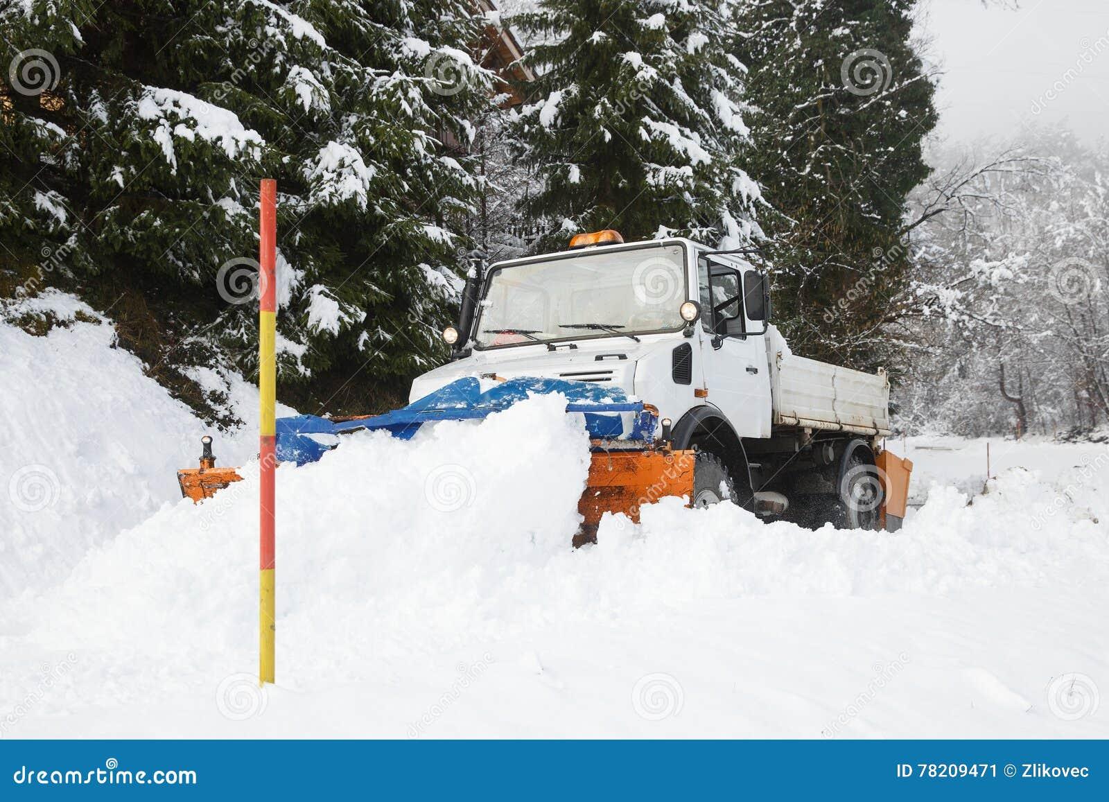 Śniegu lemiesz robi swój sposobowi przez śniegu