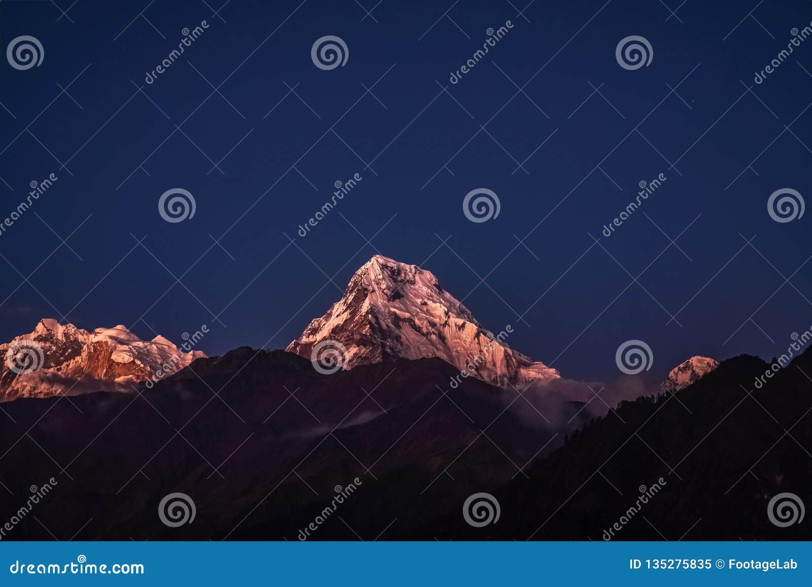 Śniegu szczyt Annapurna Halny Jarzyć się przy blask księżyca przy nocą w himalajach w Nepal
