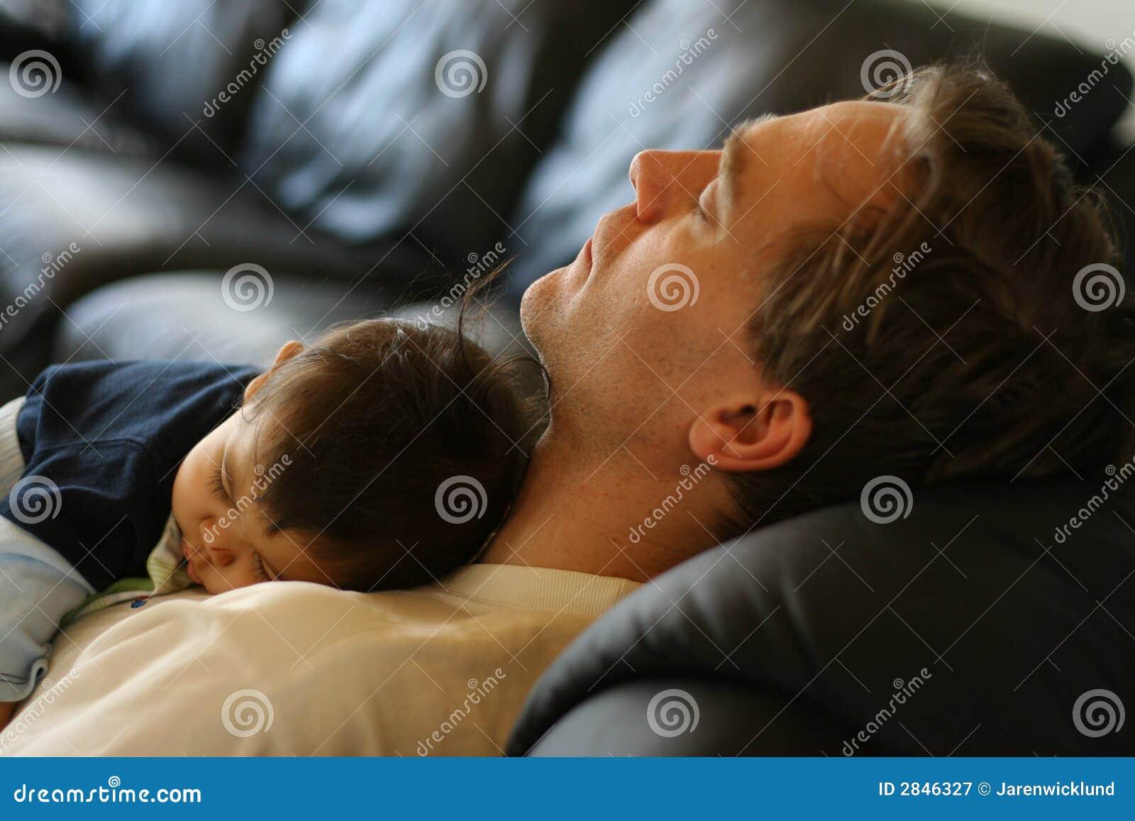 śpiący syn ojca