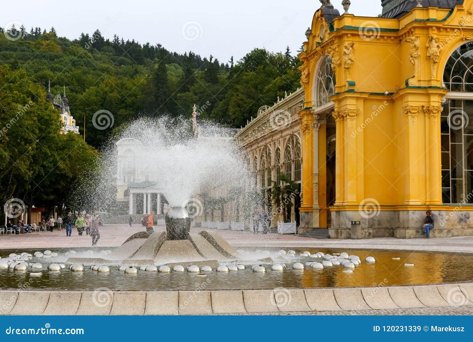 Śpiewacki budynek kolumnada i fontanna