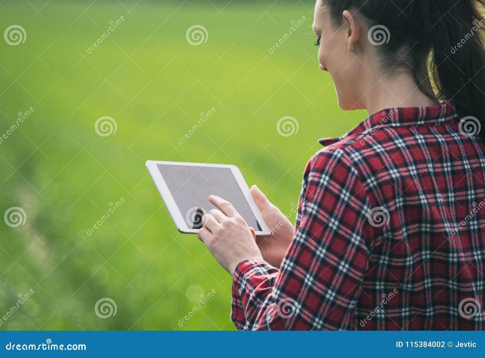 Średniorolna kobieta z pastylką w zieleni polu