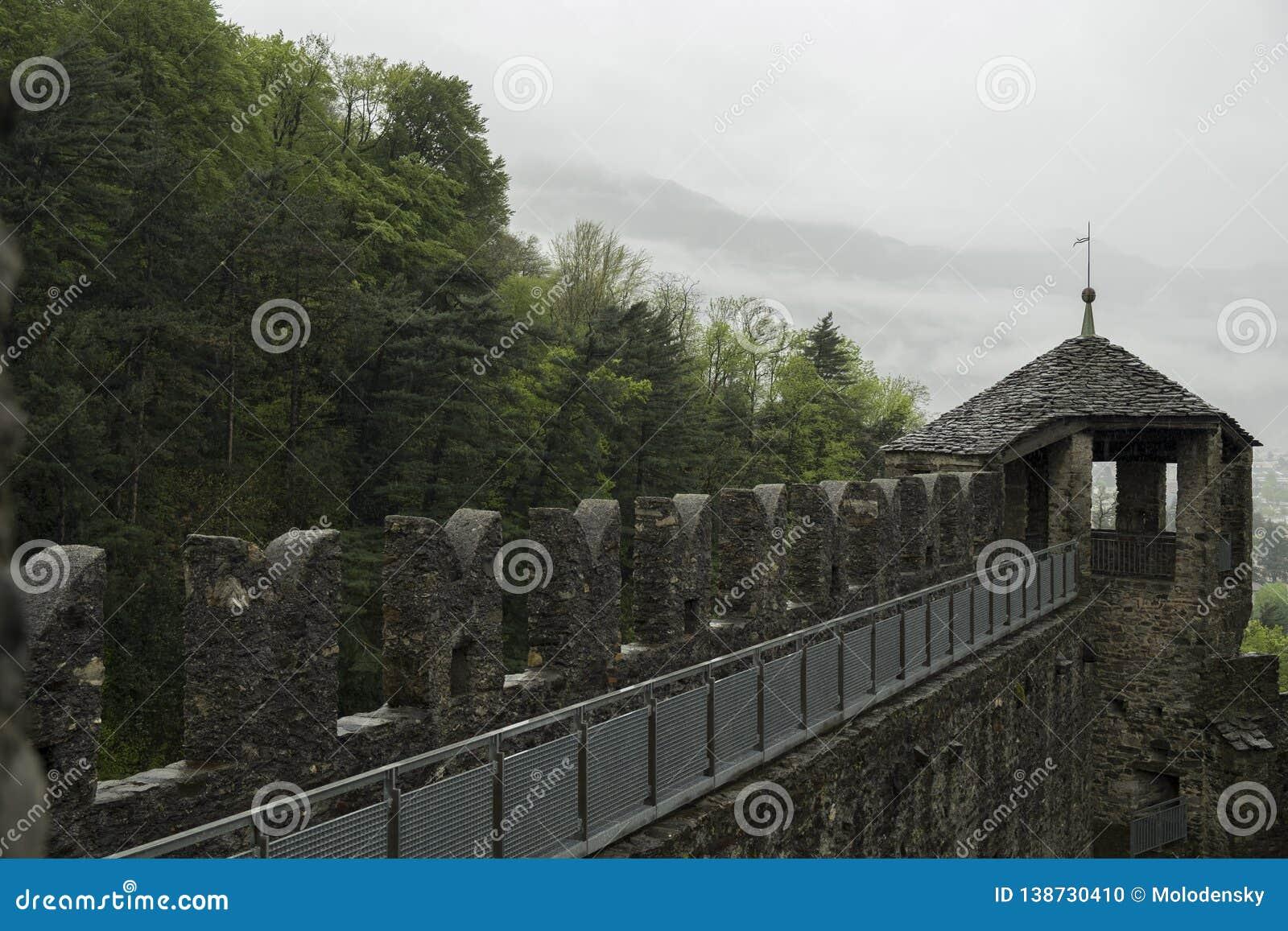 Średniowieczne ściany Montebello forteca w Bellinzona