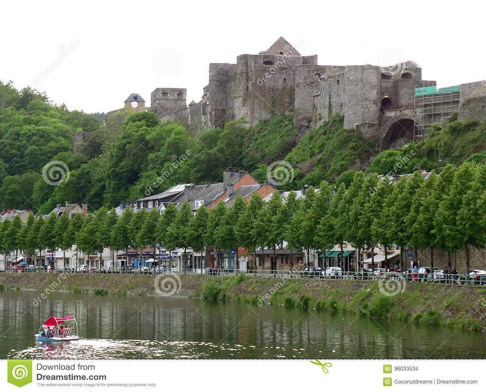Średniowieczny forteca Bouillon na szczycie Bouillon, Belgia