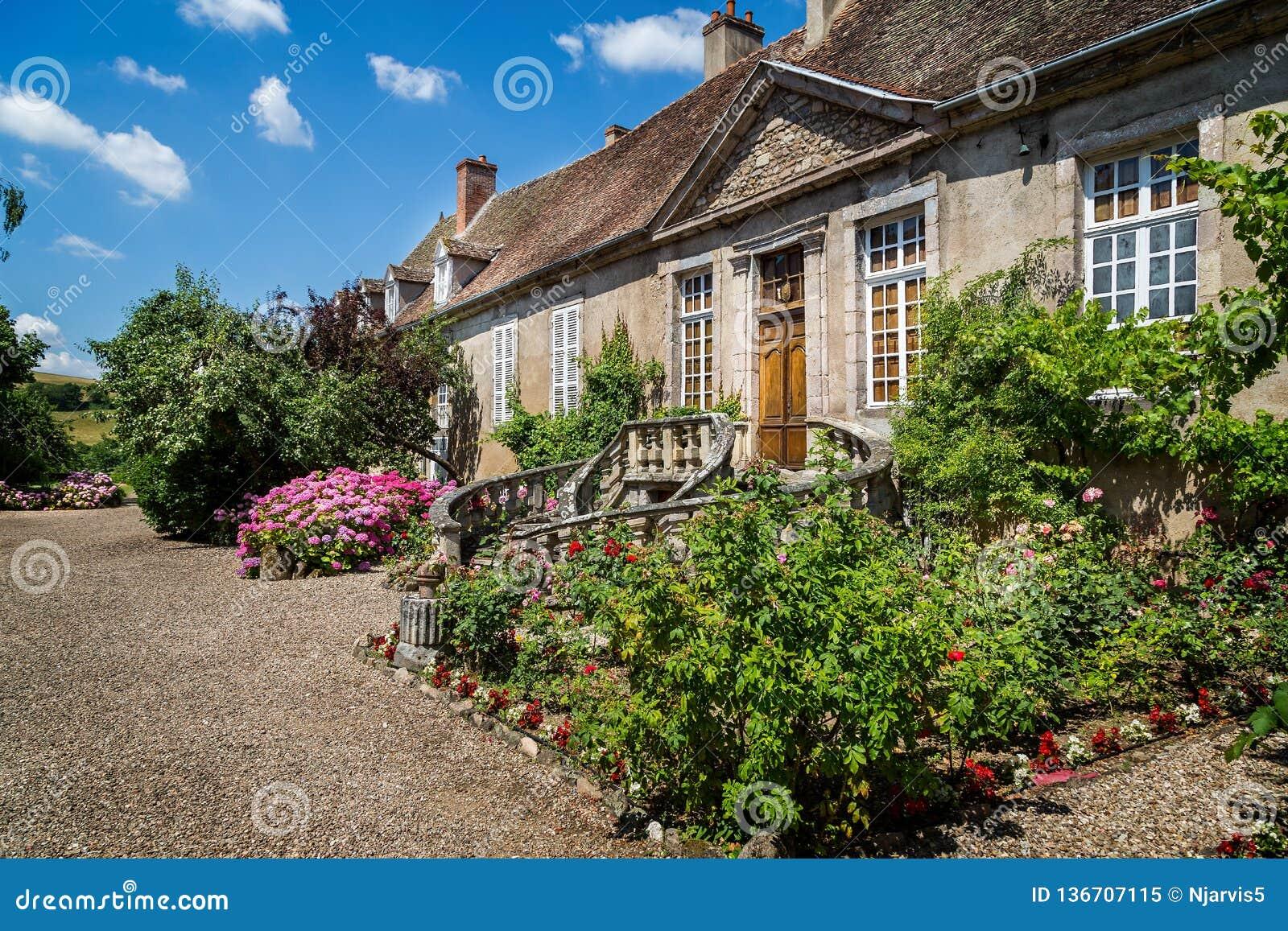 Średniowieczny Francuski dwór z ogólnymi kurenda krokami dzwi wejściowy w Autun, Burgundy, Francja