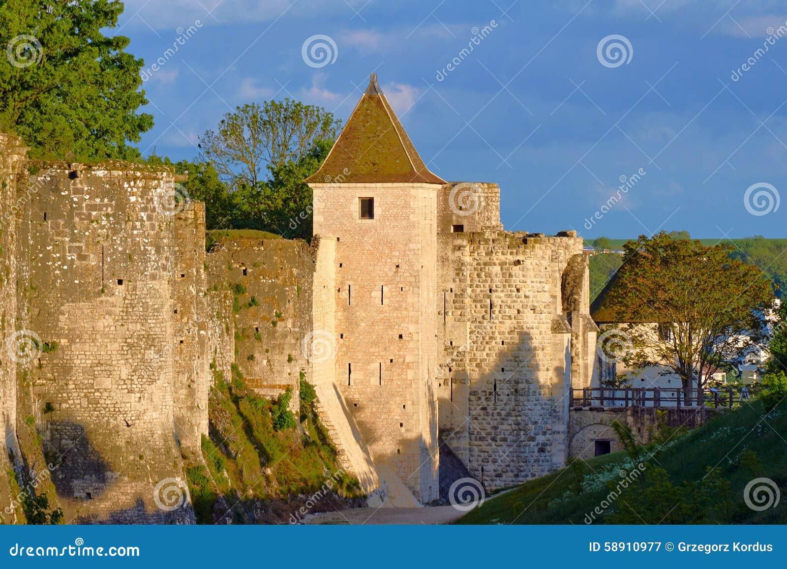 Średniowieczny góruje i ramparts