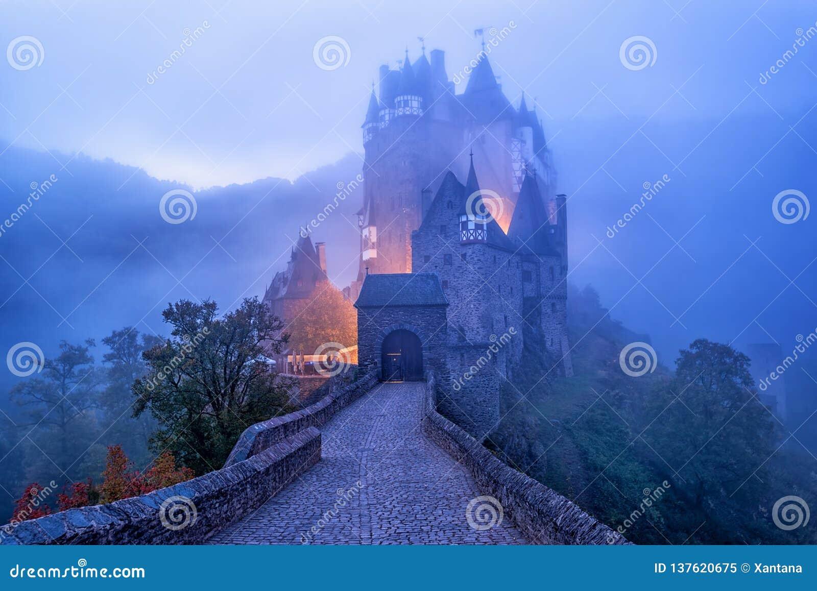 Średniowieczny gothic Burg Eltz kasztel w ranek mgle, Niemcy