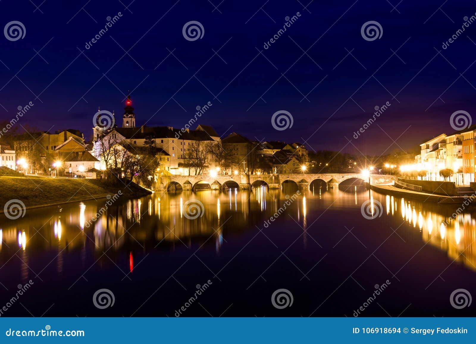 Średniowieczny Grodzki Pisek przy nocą