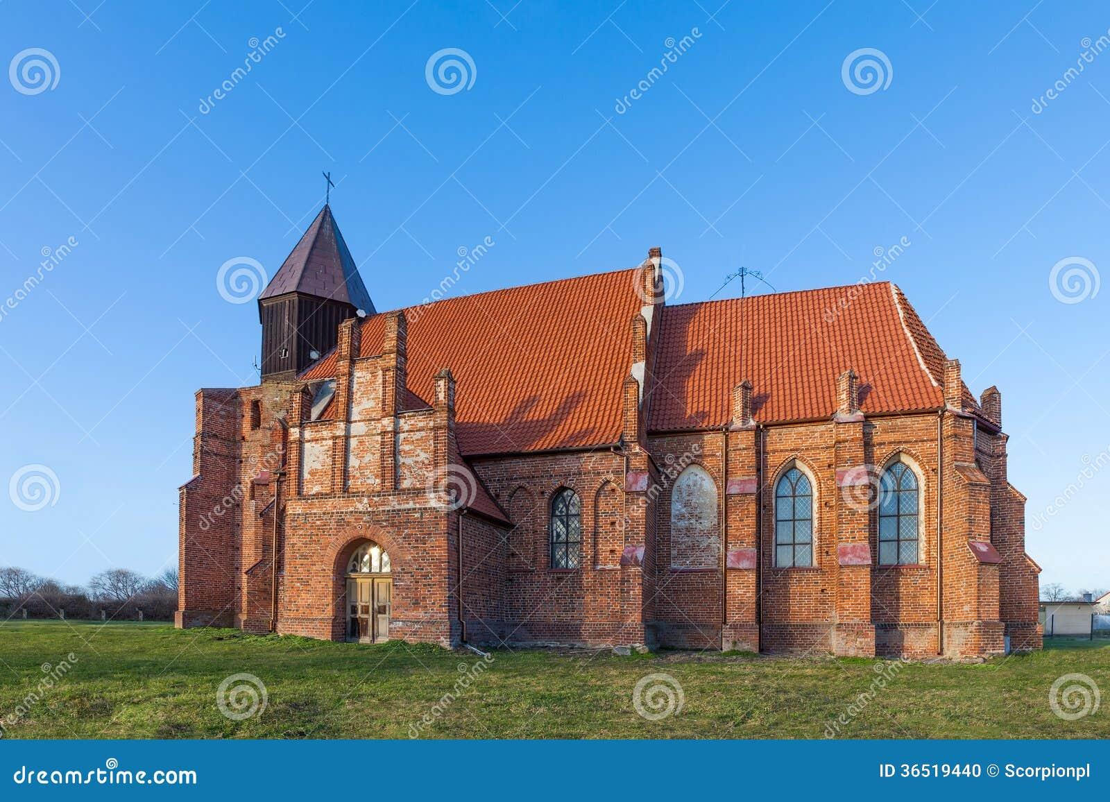 Średniowieczny kościół w wsi