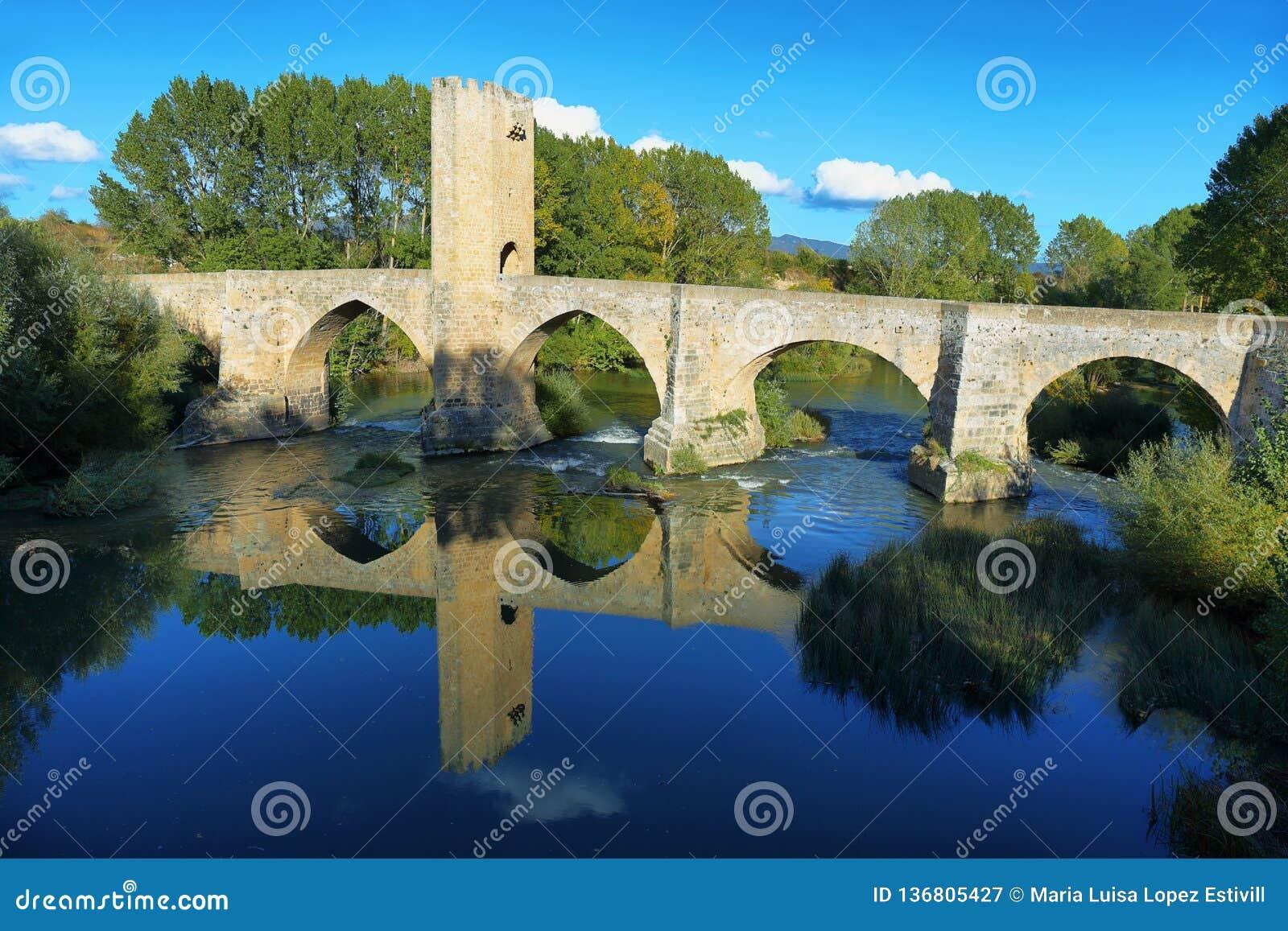 Średniowieczny most nad Ebro rzeką w Frias, Burgos, Hiszpania