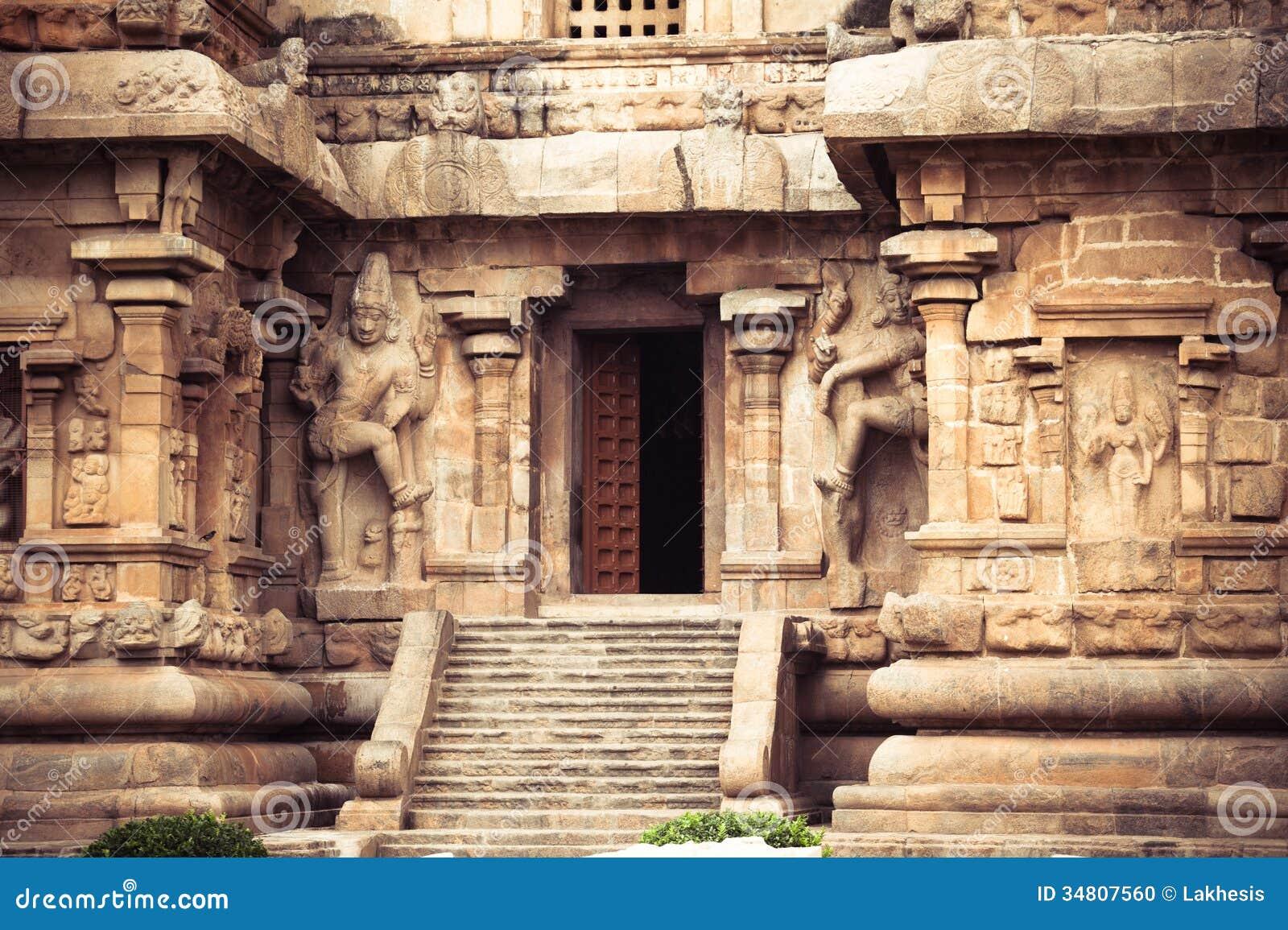 Środkowy wejście przy Gangaikonda Cholapuram świątynią. Wielki archite