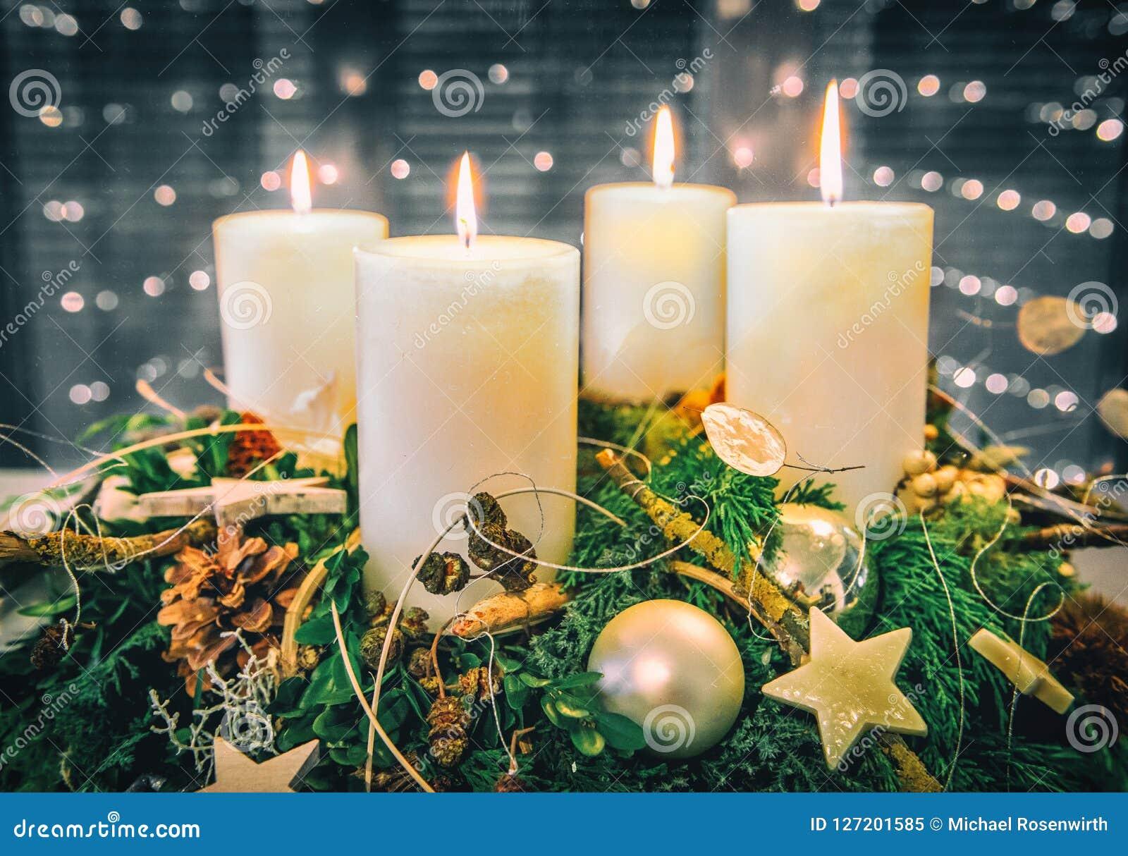 Świąteczny Adwentowy wianek z płonącymi świeczkami