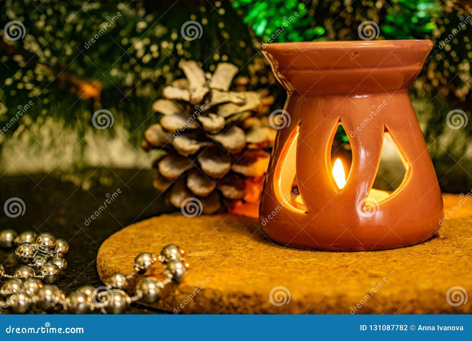 Świąteczny Bożenarodzeniowy skład z wosk świeczkami, prezentów pudełkami i srebnymi koralikami, Dekoracje dla sylwesteru Na ciemn