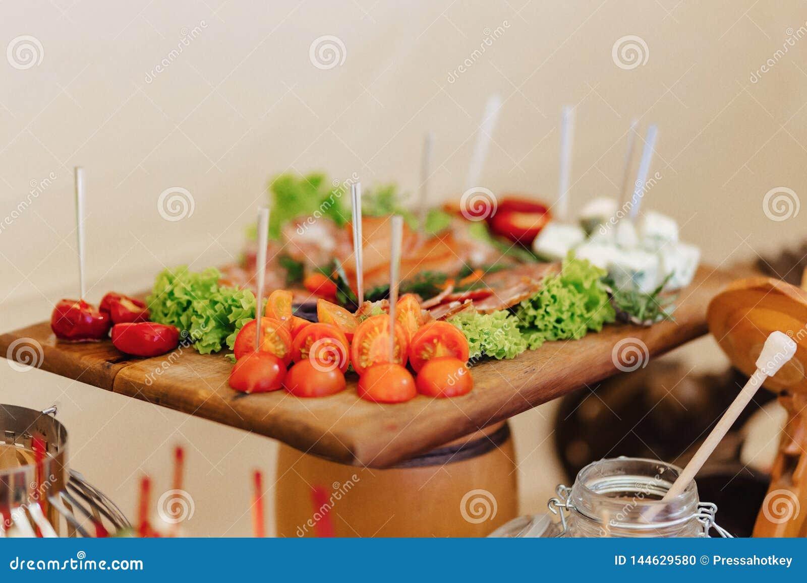 Świąteczny słony bufet, ryba, mięso, układy scaleni, serowe piłki i inne specjalność dla świętować, śluby i innych wydarzenia