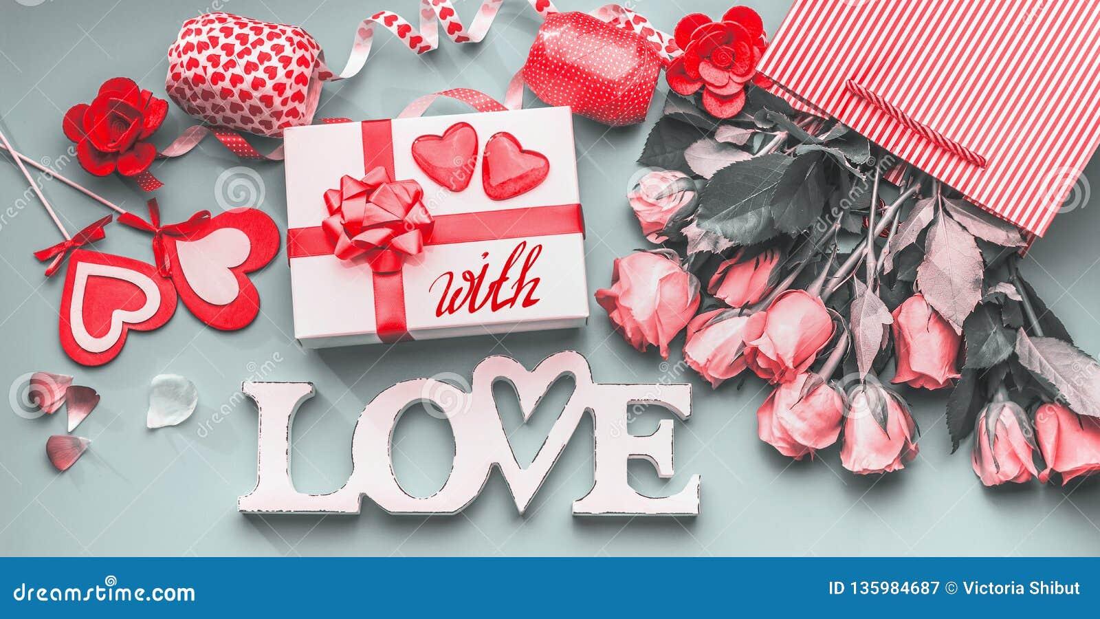 Świąteczny skład miłość dla walentynka dnia robić z prezenta pudełkiem, czerwonym łęk, torba na zakupy, róże, serca i przyjęcie,