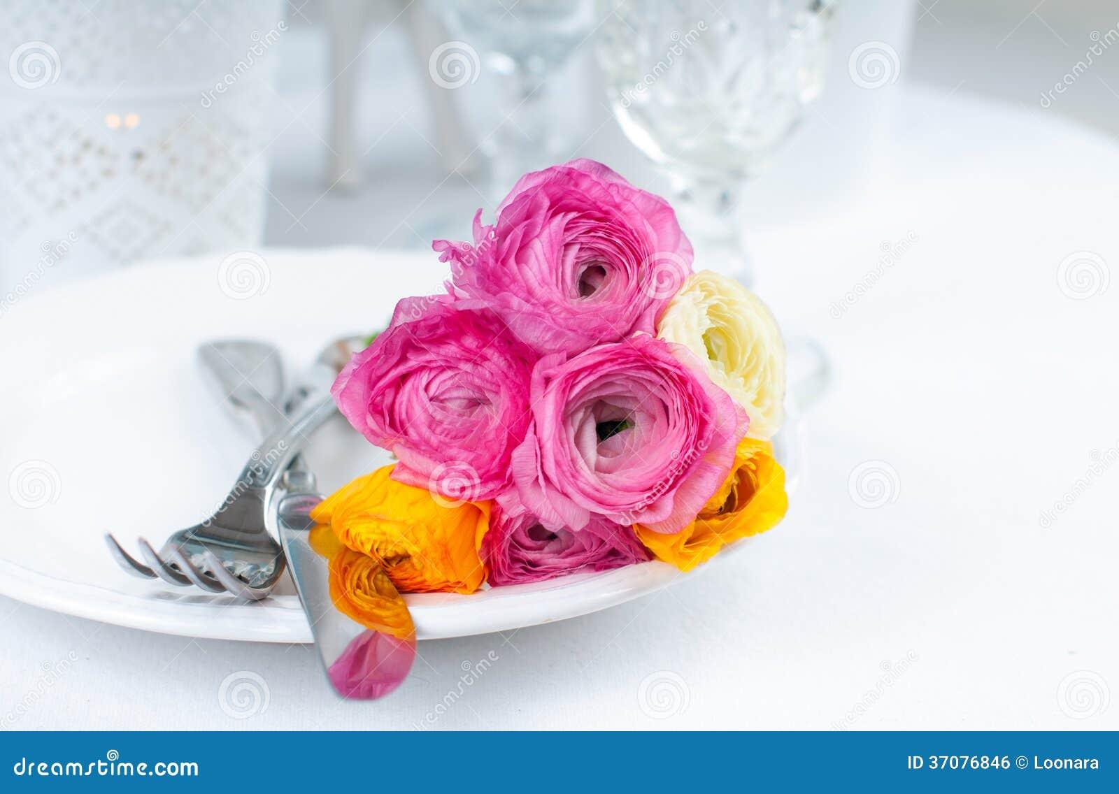 Download Świąteczny Stołowy Położenie Z Kwiatami Zdjęcie Stock - Obraz złożonej z glassblower, wnętrze: 37076846