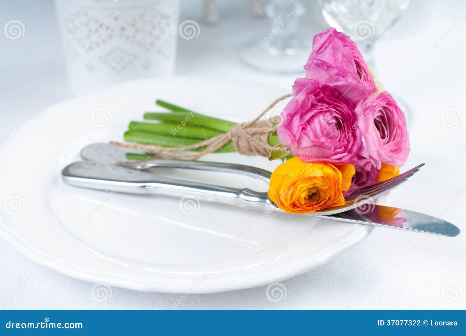 Download Świąteczny Stołowy Położenie Z Kwiatami Zdjęcie Stock - Obraz złożonej z cutlery, dink: 37077322